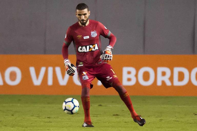 Vanderlei domina a bola em partida do Santos no Campeonato Brasileiro do ano passado