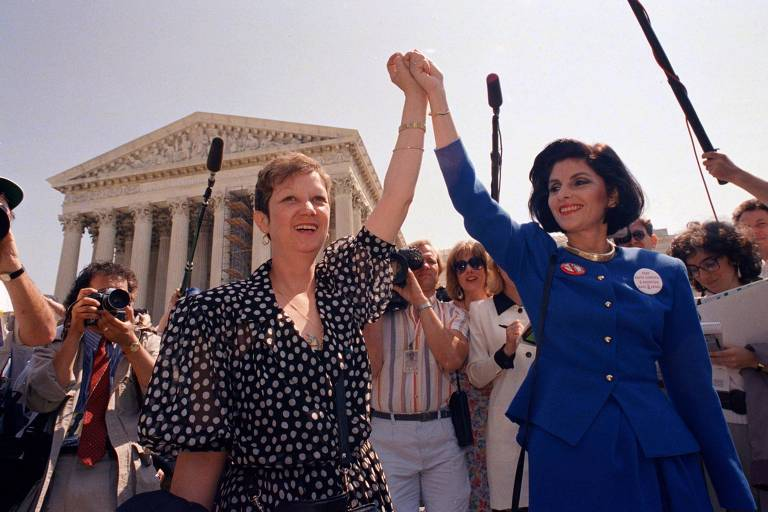 Norma McCorvey (à esq.) comemora decisão da Suprema Corte a favor do aborto em 1983, 15 anos após seu caso