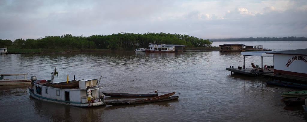Vista do porto de Fonte Boa; cidade é usada como ponto de apoio para os universitários da região