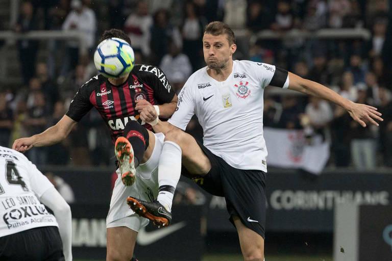 Henrique, do Corinthians (dir.) disputa bola com Pablo durante Corinthians x Atlético-PR no Itaquerão