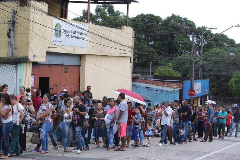 Eleitores em fila para registro no sistema de biometria da Justiça Eleitoral em Guarulhos (SP)