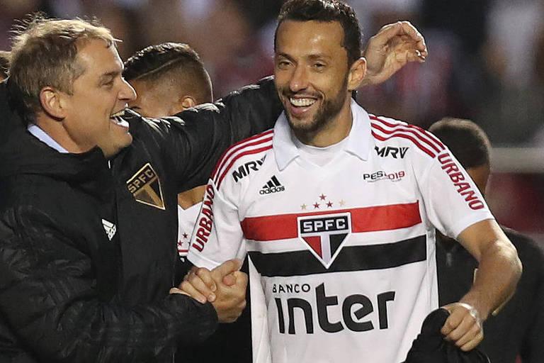 Treinador Aguirre cumprimenta Nenê após vitória do São Paulo contra o Vasco pelo Campeonato Brasileiro, que deu à equipe a liderança do torneio
