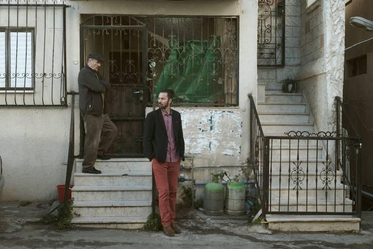 """Cena do filme """"Wajib - Um Convite de Casamento"""", da palestina Annemarie Jacir"""