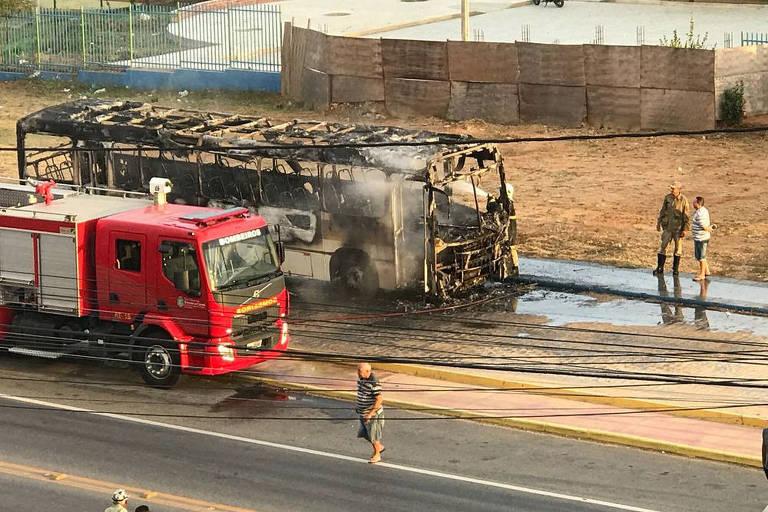 Um dos ônibus queimados em Forquilha, no Ceará, neste domingo (5)