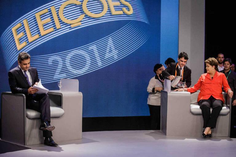 Sentados, os candidatos à Presidência em 2014 Dilma Rousseff (PT) e Aécio Neves (PSDB), durante debate da Rede Globo