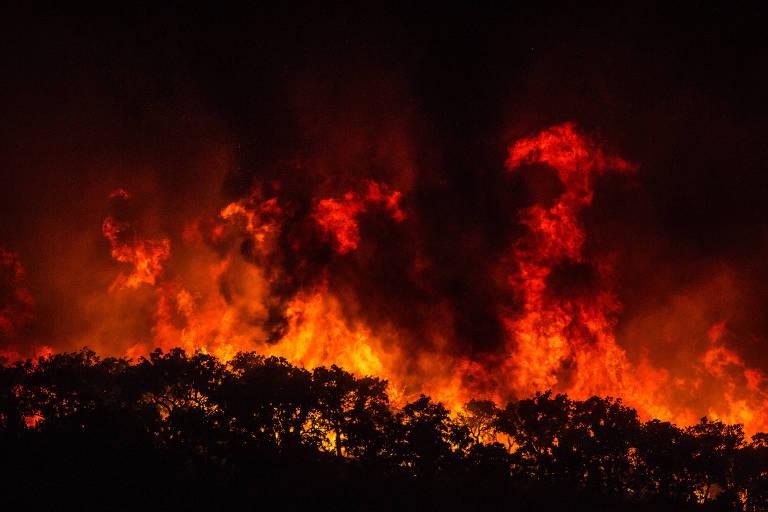 Fogo se alastra sobre floresta nos arredores da vila de Monchique, na região do Algarve