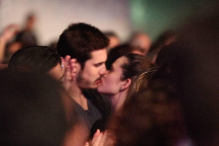 Nicolas Prattes e Juliana Paiva se beijam em show no Rio