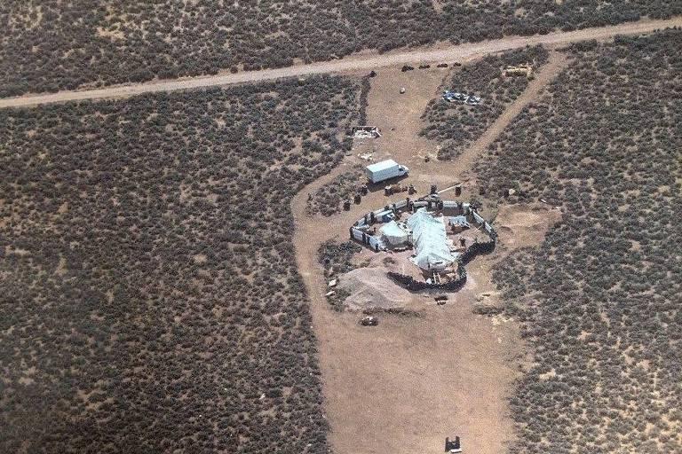 A polícia descreveu o local onde as crianças foram encontradas como um 'acampamento improvisado' perto da comunidade de Amalia, no Novo México