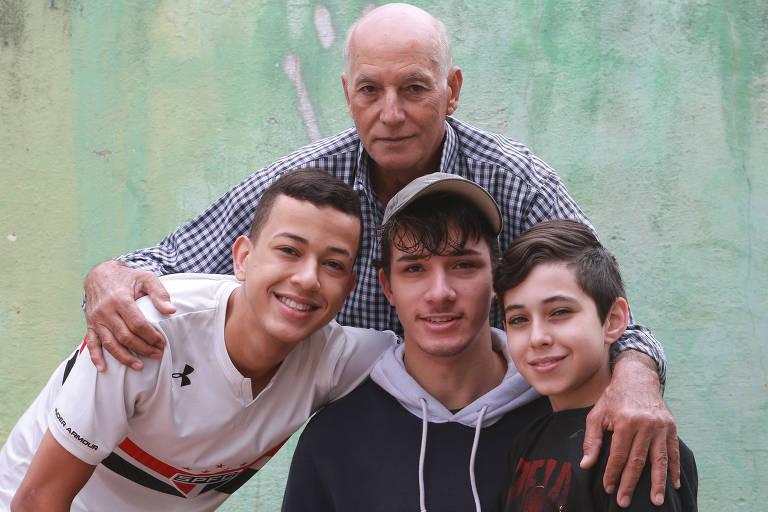 O aposentado José da Cruz Pereira, 72 anos, com os netos Hector, Thiago e Abner