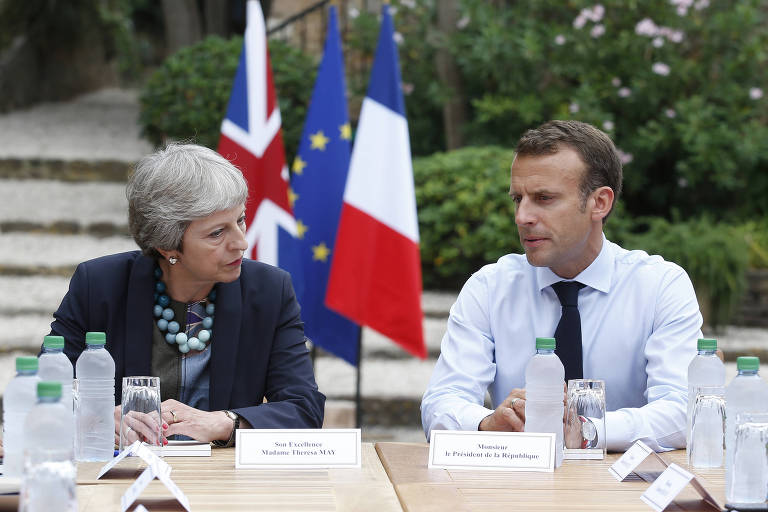 A primeira-ministra britânica, Theresa May, discute o 'brexit' na residência oficial de verão do presidente Emmanuel Macron em Bregançon, na França