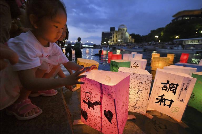 Uma menina solta lanterna de papel durante a cerimônia em homenagem às vítimas de Hiroshima, no 73º aniversário do lançamento da bomba