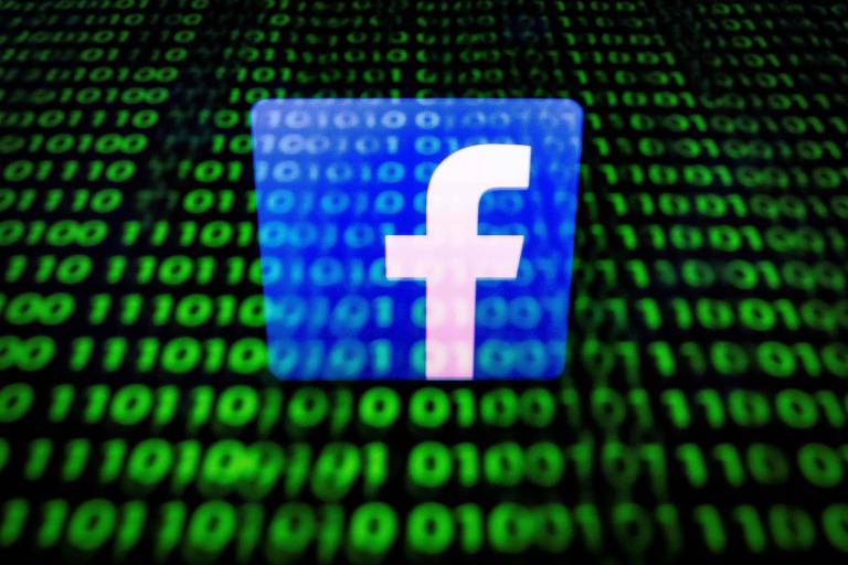 Logotipo do Facebook refletido em em tablet