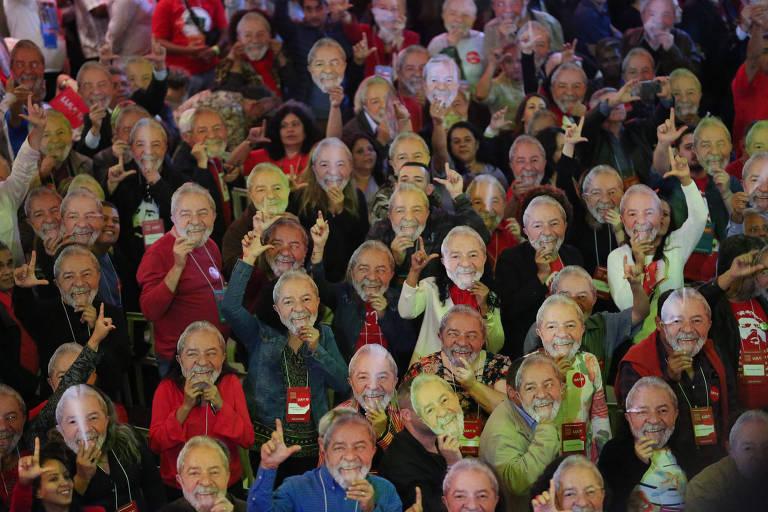 Militantes usam mascara do Lula durante o encontro nacional do PT