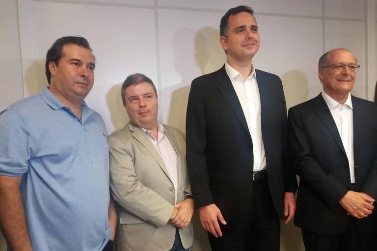 Rodrigo Maia (DEM), ao lado de Antonio Anastasia (PSDB), Geraldo Alckmin (PSDB) e Rodrigo Pacheco (DEM) durante fala à imprensa em Belo Horizonte