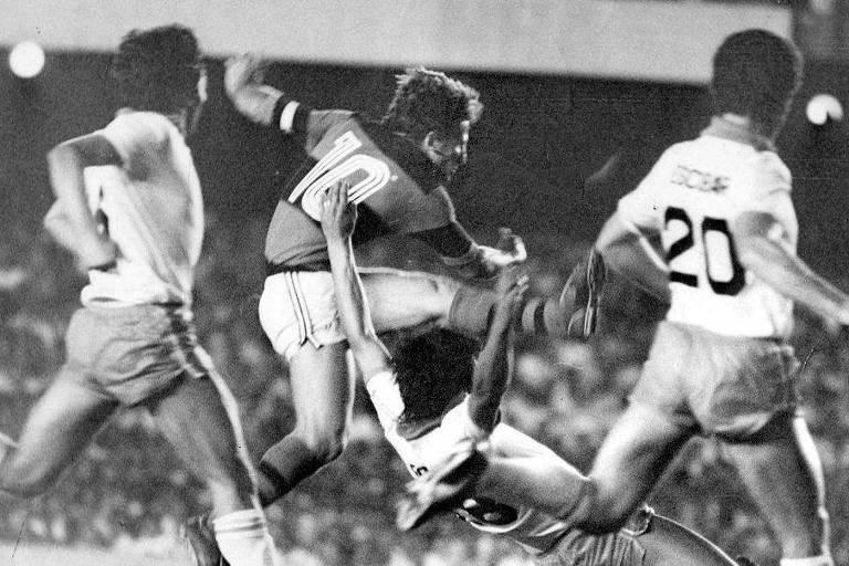 Zico arrisca chute de perna esquerda no primeiro jogo da final da Libertadores, no Maracanã