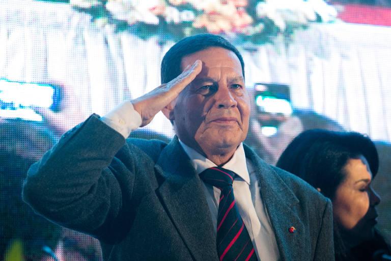 O general Hamilton Mourão bate continência na convenção do PRTB, na zonal sul de São Paulo, no dia 5