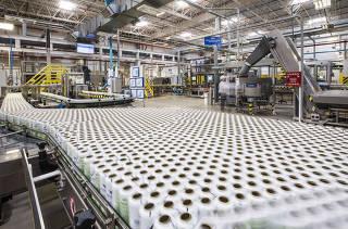 Especial industria 4.0:  Automatizacao. Na  fabrica da Unilever ( na cidade de Aguai , no interior de SP) maquinas operam no setor de desodorantes em aerosol com poucos operarios/funcionarios