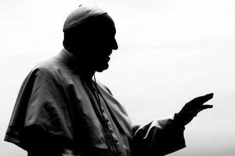 (180411) -- ROMA, abril 11, 2018 (Xinhua) -- El papa Francisco participa durante su audiciencia general en la Plaza de San Pedro, en la Ciudad del Vaticano, en Roma, Italia, el 11 de abril de 2018. De acuerdo con información de la prensa local, el papa Francisco reconoció errores en la percepción de las acusaciones formuladas contra un obispo chileno, por encubrimiento de abusos sexuales contra menores de edad, además de convocar a los obispos locales a una reunión en Roma para dar a conocer las conclusiones sobre la investigación que él ordenó, según lo revelado en una carta el miércoles. (Xinhua/Evandro Inetti/ZUMAPRESS) (da) (vf) ORG XMIT: AGEN1804111904134319 DIREITOS RESERVADOS. NÃO PUBLICAR SEM AUTORIZAÇÃO DO DETENTOR DOS DIREITOS AUTORAIS E DE IMAGEM