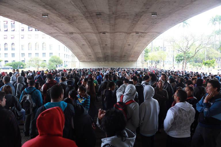 Multidão aglomerada embaixo do Viaduto do Chá