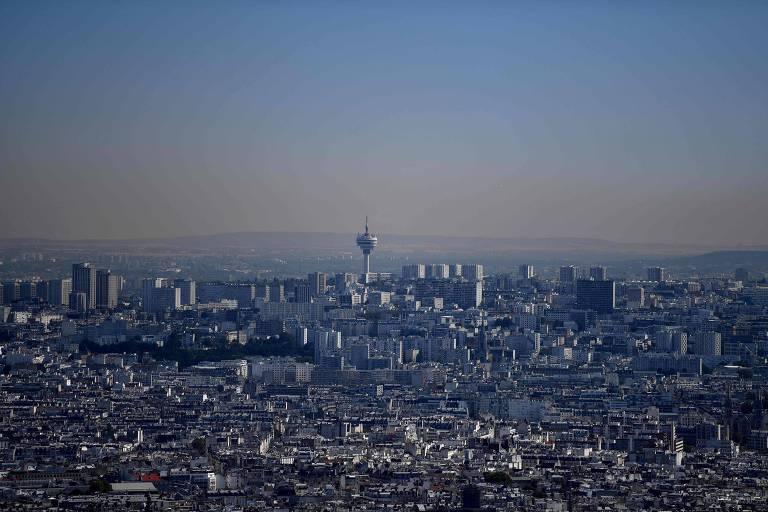 Vista da região nordeste de Paris, que enfrenta uma onda de calor