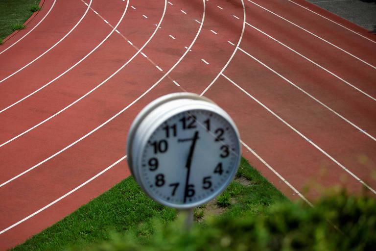 Relógio em pista de atletismo perto do estádio olímpico que está em construção para os Jogos de Tóquio