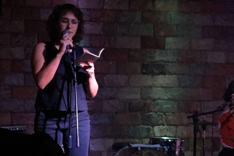 A poeta Catarina Lins em sarau no coletivo carioca Kza1