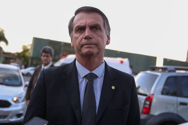 O candidato a Presidência Jair Bolsonaro (PSL) conversa com jornalistas ao deixar a Câmara dos Deputados, em Brasília