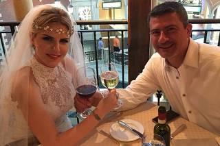 Tom Veiga, que manipula o boneco Louro José, renovou os votos de casamento com a mulher, Alessandra