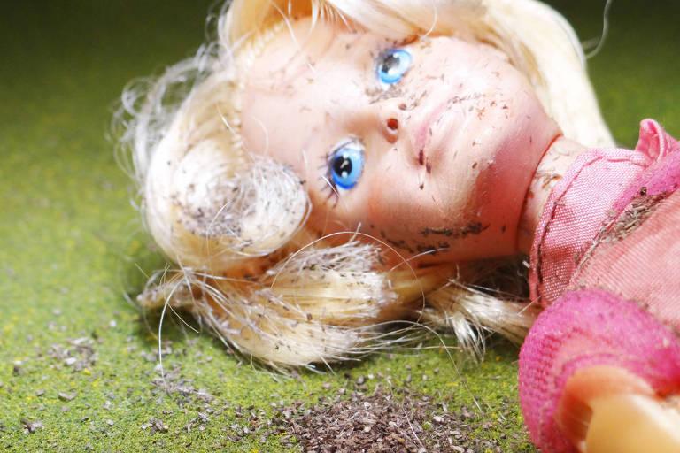 A estudante de arte Sam Humphreys subverteu a perfeição da boneca Barbie ao colocá-la como vítima de abuso
