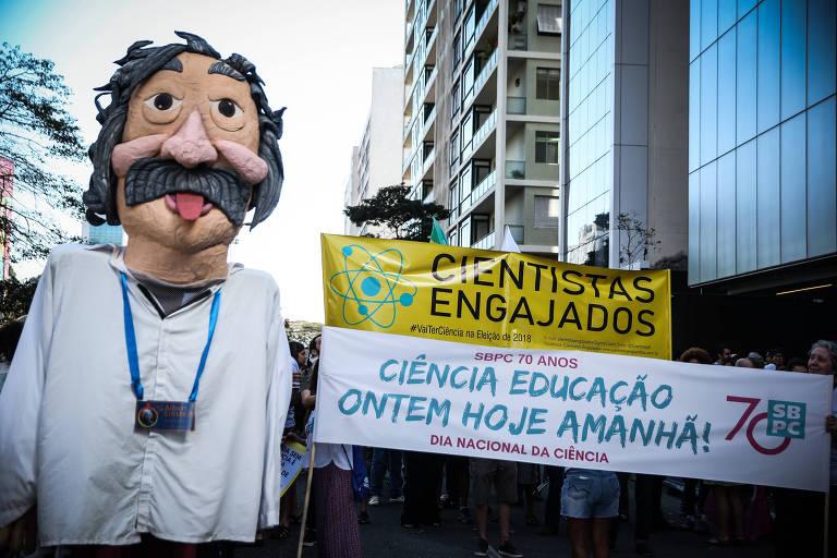 Boneco de Albert Einstein na Marcha pela Ciência na av Paulista em 2018 pediu mais investimentos na área