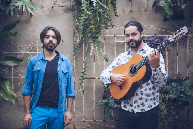 Coladera reúne os talentos do mineiro Vitor Santana, de azul, (voz, violão, composições) com a aptidão do português João Pires (voz, violão, composições),