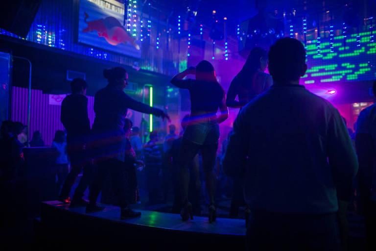 Pessoas dançam na pista da boate Love Story, no centro de São Paulo