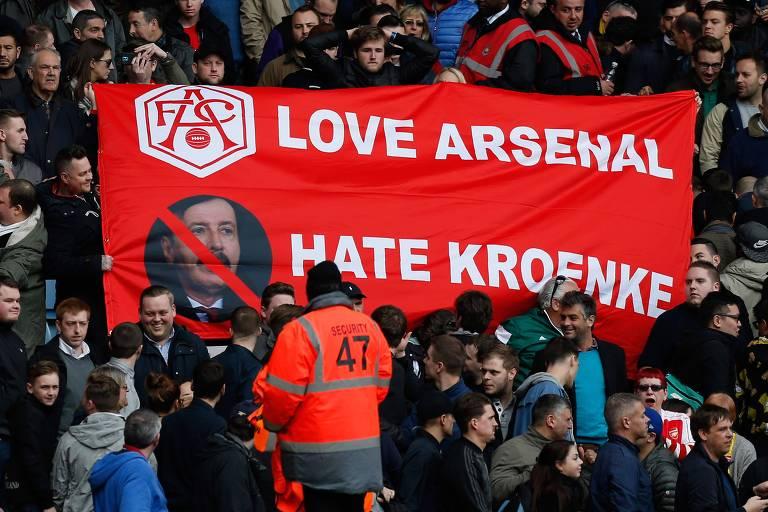 Torcedores do Arsenal exibem faixa de repúdio ao bilionário americano Stan Kroenke, acionista majoritário da equipe, durante uma partida coontra o West Ham, pelo Campeonato Inglês