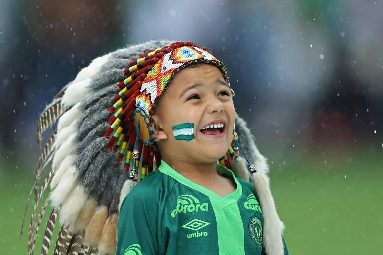 O menino Carlos Miguel Garcia, 5, o Carlinhos, mascote da Chapecoense, na cerimônia do velório dos jogadores da equipe, mortos em acidente aéreo na Colômbia em 2016