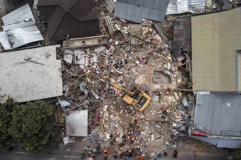 Prédio derrubado durante o terremoto na ilha de Lombok, na Indonésia