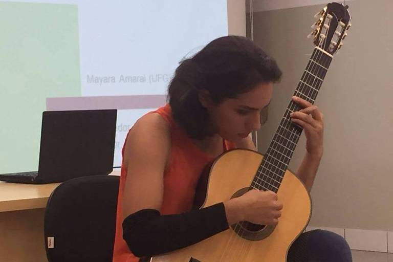 Mayara Amaral toca violão