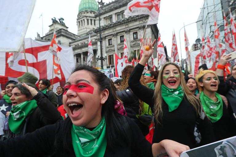 Ativistas pró-legalização do aborto fazem ato em frente ao Congresso argentino, em Buenos Aires, nesta quarta (8)