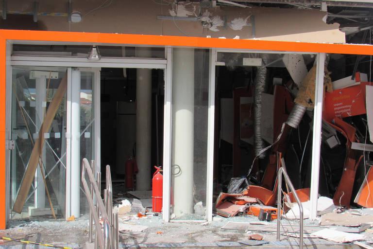 Agência bancária destruída após explosão
