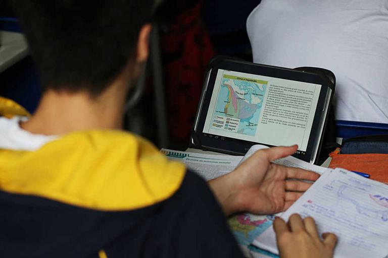 Aula de geografia com lousa digital no colégio Dante Alighieri, em São Paulo