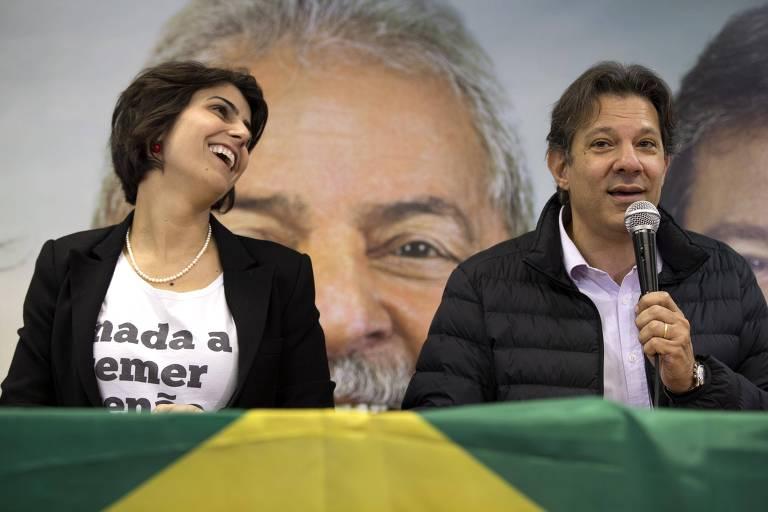 Manuela D'Ávila (PC do B) e Fernando Haddad (PT) durante entrevista coletiva em São Paulo