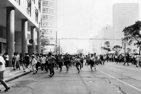 ORG XMIT: 352301_0.tif RIO DE JANEIRO, RJ, BRASIL, 09-08-1968: Estudantes e populares correm pela avenida Predidente Vargas, no Rio de Janeiro (RJ), após repressão policial. Tudo começou na esquina das ruas Assembléia e Uruguaiana, onde Franklin Martins, presidente interino da UME, trepado em um poste realizou um comício relâmpago, enquanto colegas seus gritavam