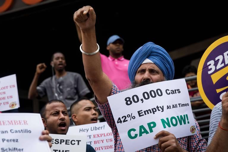 Motoristas de carros de aplicativos durante manifestação em apoio à lei de NY que restringe a circulação e permite que a cidade estabeleça um pagamento mínimo a eles