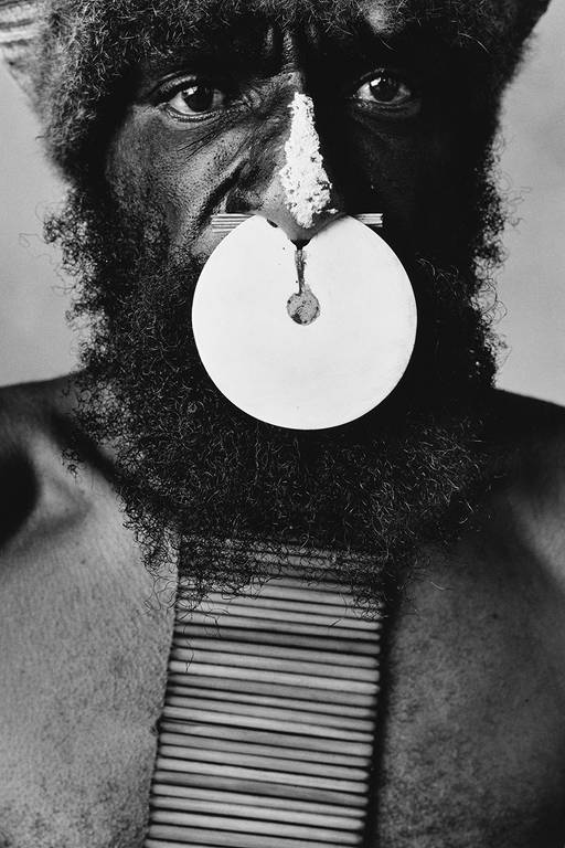 Fotografia 'Tribesman With Nose' do fotógrafo Irving Penn