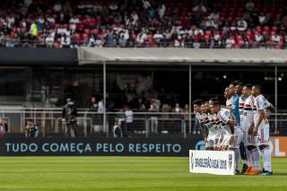 Encalhadas, placas de campo viram problema para os clubes brasileiros
