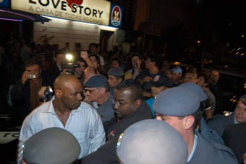 ORG XMIT: AGEN1011140232020864 Sai escoltado pela policia do Love Story, as 3:00h. O ex-campeao mundial dos pesos-pesados Mike Tyson, 39, se irrita e quebra a camera do cinegrafista do SBT, que filmava Tyson dentro da casa noturna Bahamas, enquanto se divertia com prostitutas. Tyson foi levado para prestar depoimento no 27DP. Na madrugada do dia 10 de novembro de 2005. Sao Paulo (SP), 10.11.2005, Foto: Andre Porto/Folha Imagem