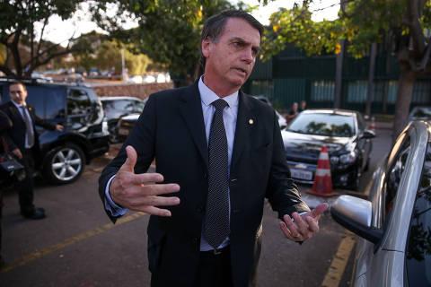 BRASILIA, DF,  BRASIL,  07-08-2018, 16h00: O candidato a presidência Jair Bolsonaro (PSL) conversa com jornalistas ao deixar a câmara dos deputados na tarde de hoje. (Foto: Pedro Ladeira/Folhapress, PODER)