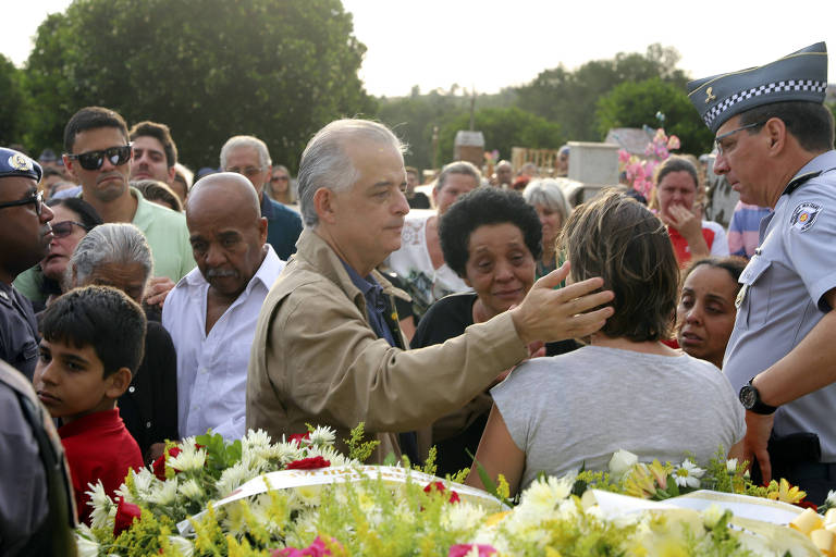 O governador de São Paulo, Márcio França (PSB), durante enterro de policial militar em Espírito Santo do Pinhal (SP)