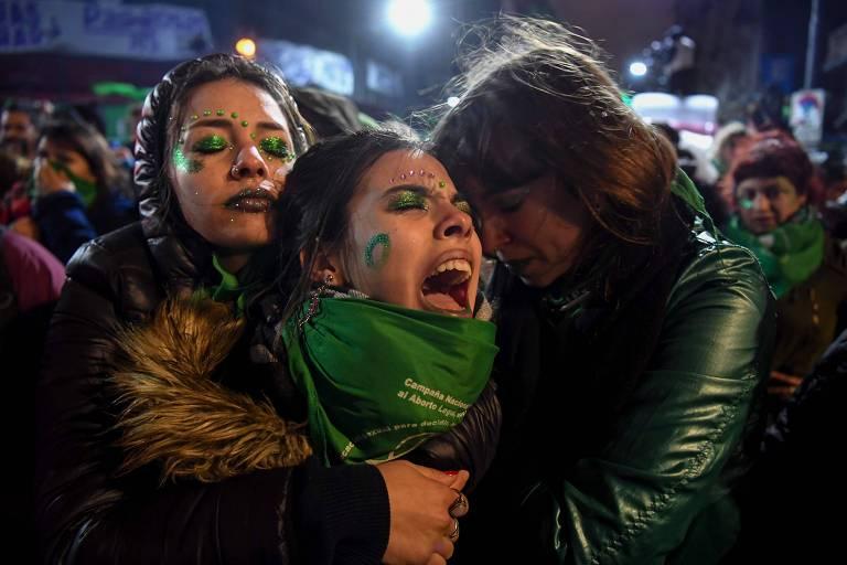 Ativistas a favor da legalização do aborto em frente ao Congresso Nacional em Buenos Aires