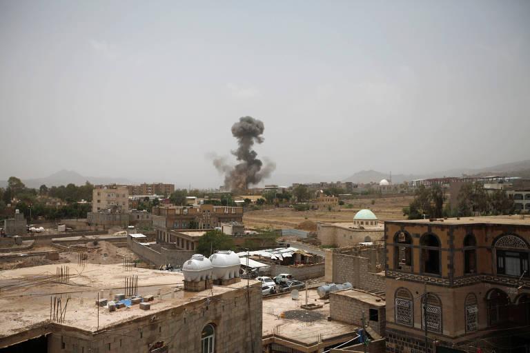 Fumaça é vista após o ataque aéreo no Iêmen