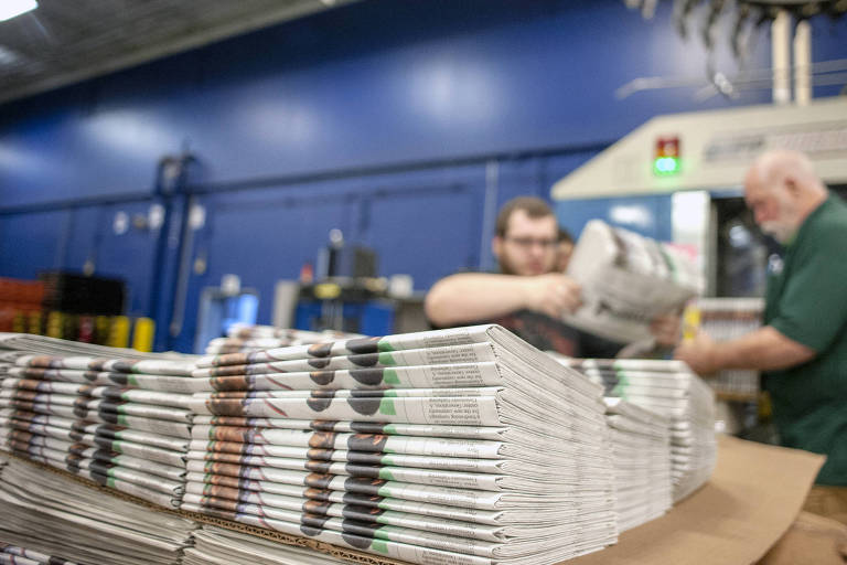 Trabalhadores organizam edições do jornal The Janesville Gazette, em Janesville (Wisconsin)